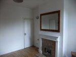 wnętrze pustego mieszkania z kominkiem